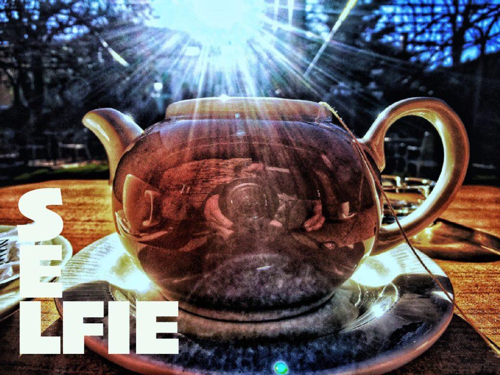 thee drinken in de Spaanse Pyreneeen geeft de mogelijkheid om een selfie te maken in de spiegeling van de theepot.